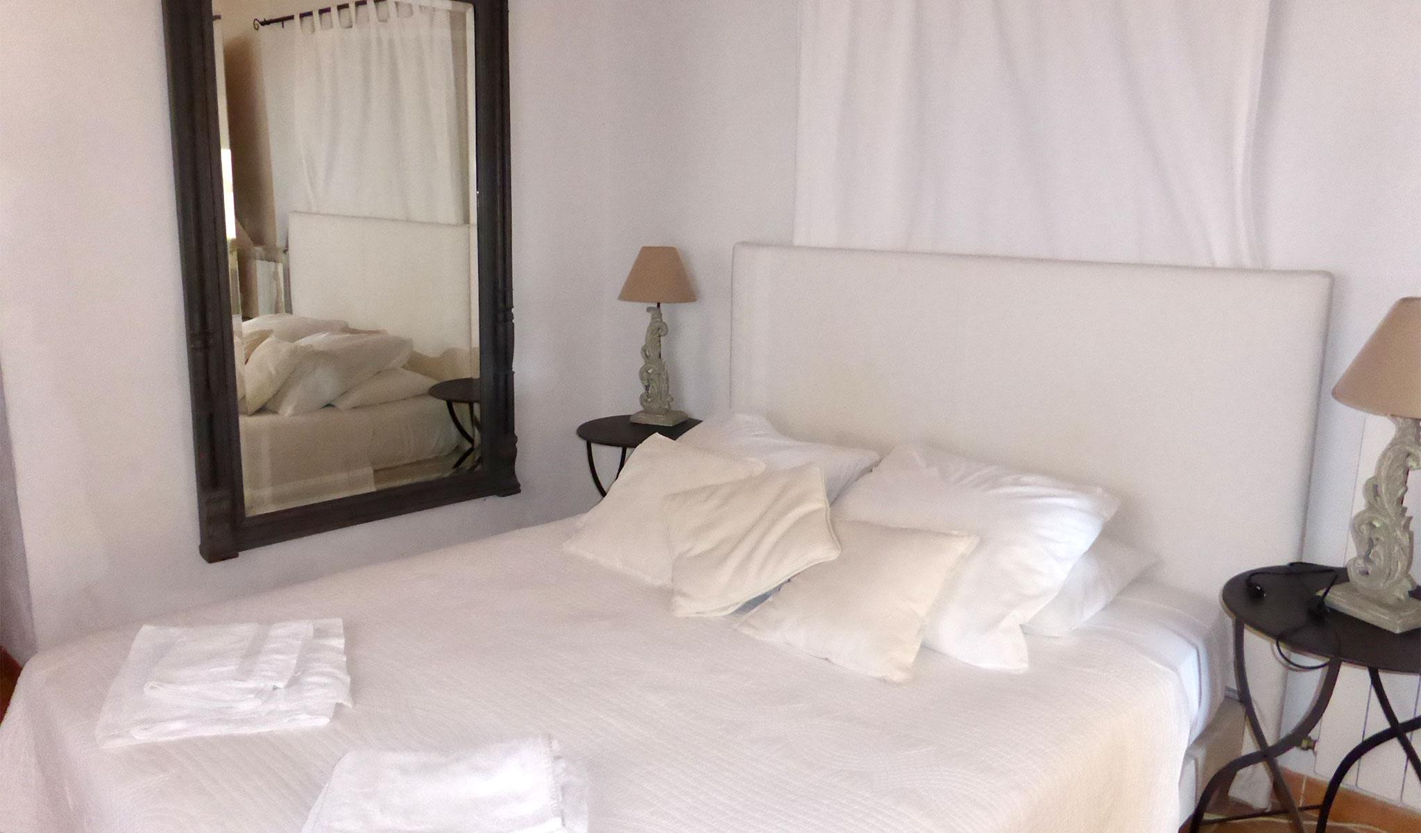 La Maison de Lune bedroom 02