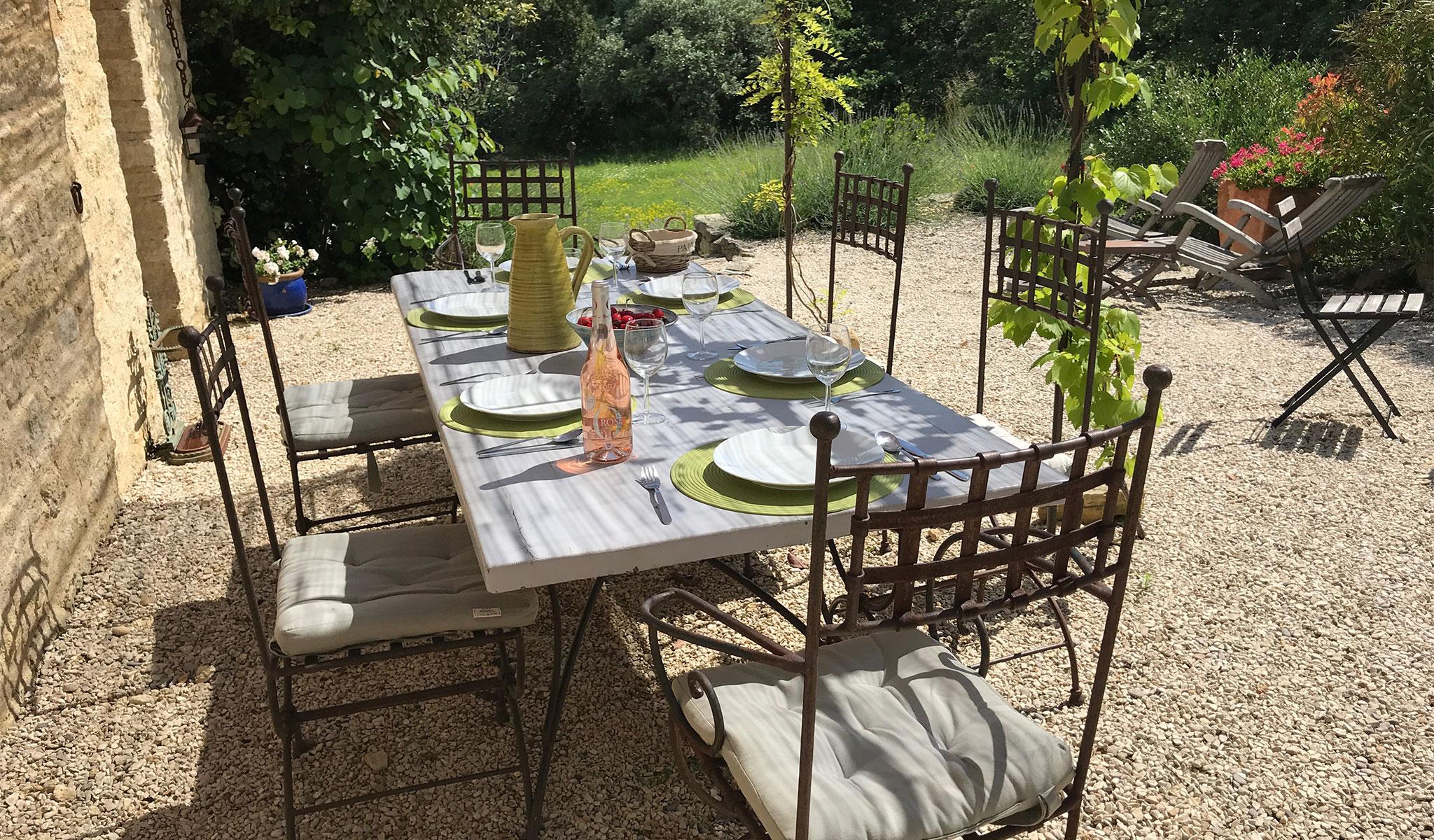 La Maison de Lune patio dining 02